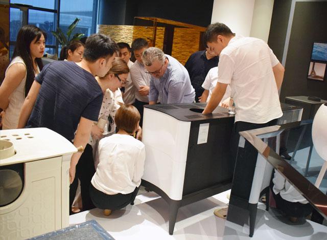 意大利Palazzetti中国区域营销总监Gregor与技术总监Patrizio首访莫洛尼杭州展厅开展技术交流研讨