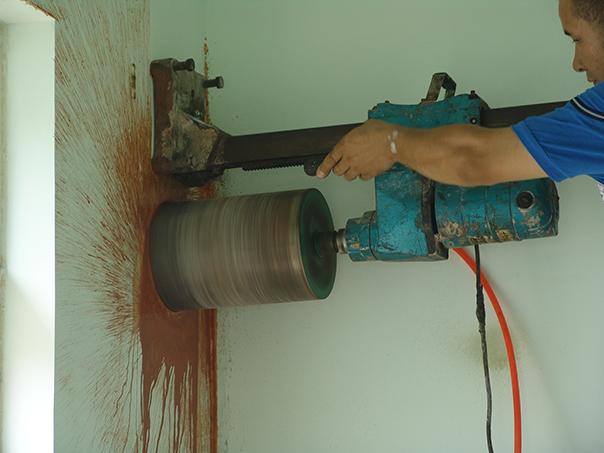 独立式燃木壁炉确定打洞的位置